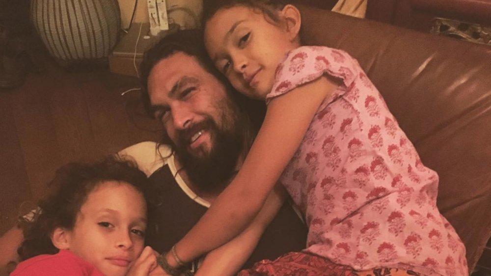 Jason Momoa posiert mit seinen beiden Kindern