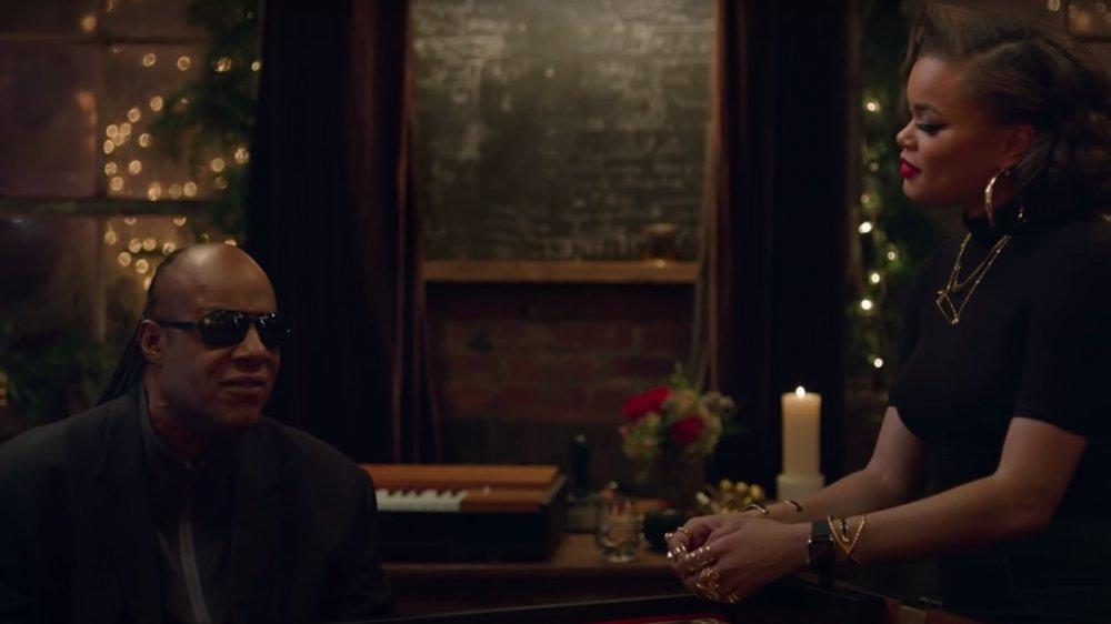"Steve Wonder und Andra Day in ihrem Musikvideo ""Someday at Christmas"""