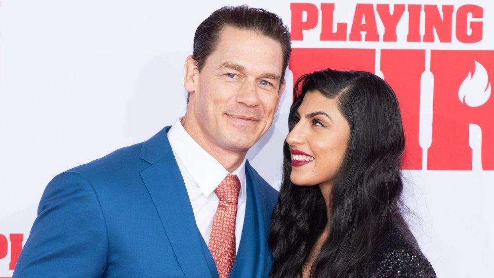 John Cena und Shay Shariatzadeh lächeln auf dem roten Teppich