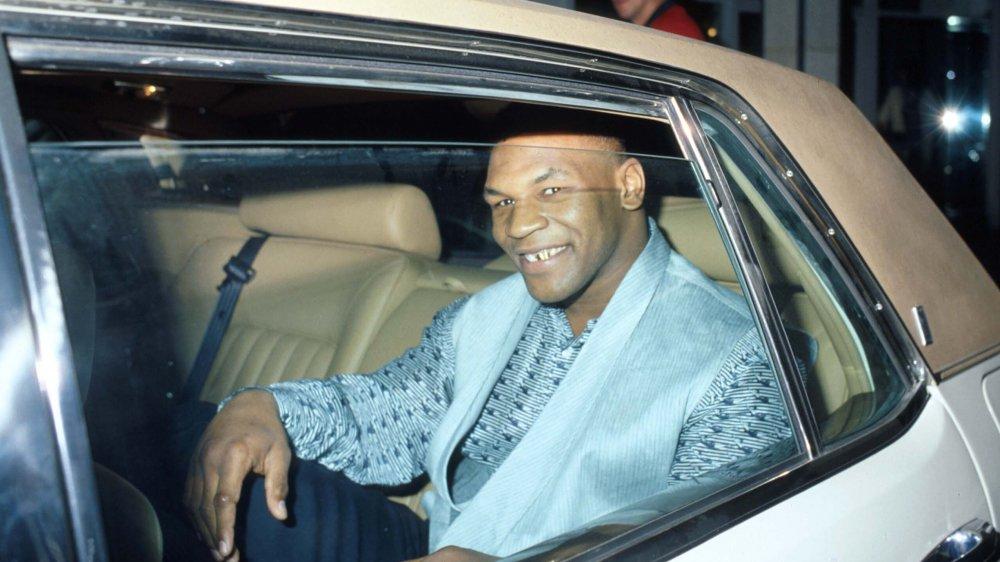 Mike Tyson lächelt in einem Auto