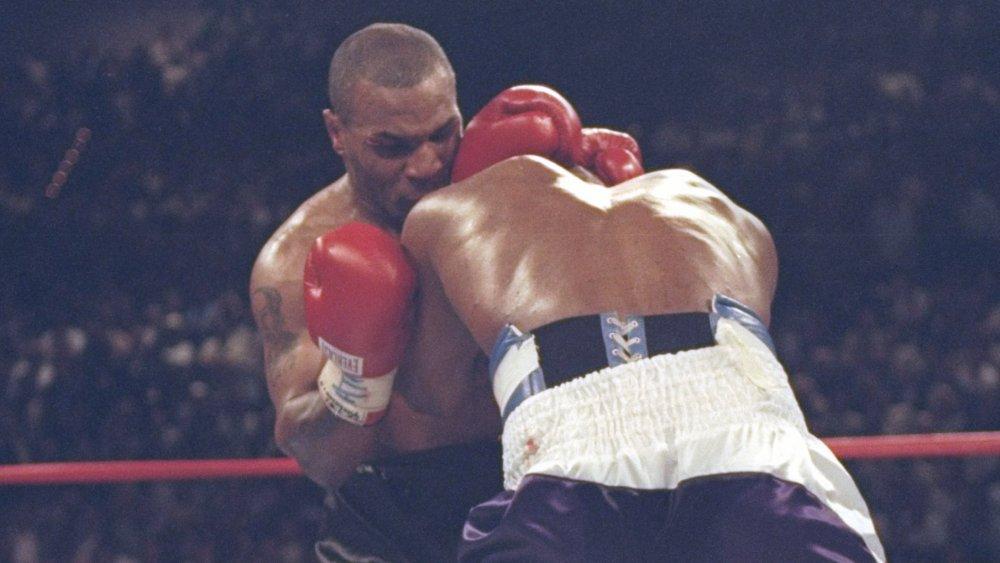 Mike Tyson beißt Evander Holyfield das Ohr ab