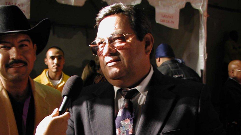 Abraham Quintanilla Jr. spricht mit einem Reporter