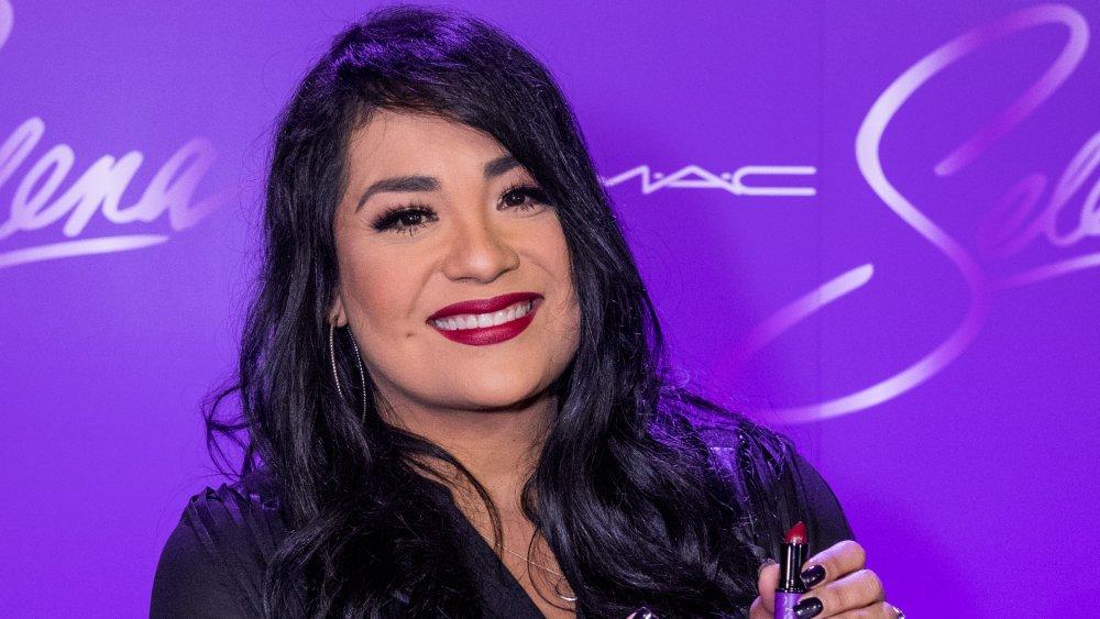 Suzette Quintanilla mit Lippenstift in der Hand