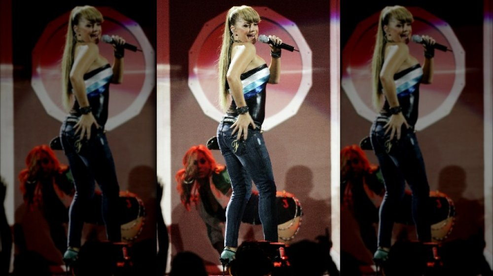 Fergie singt mit großem Pony auf der Bühne