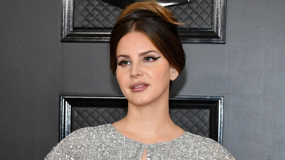 Lana Del Rey mit Haaren und Cat-Eye-Make-up