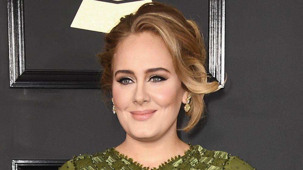 Adele grinste, als sie bei den Grammys posierte