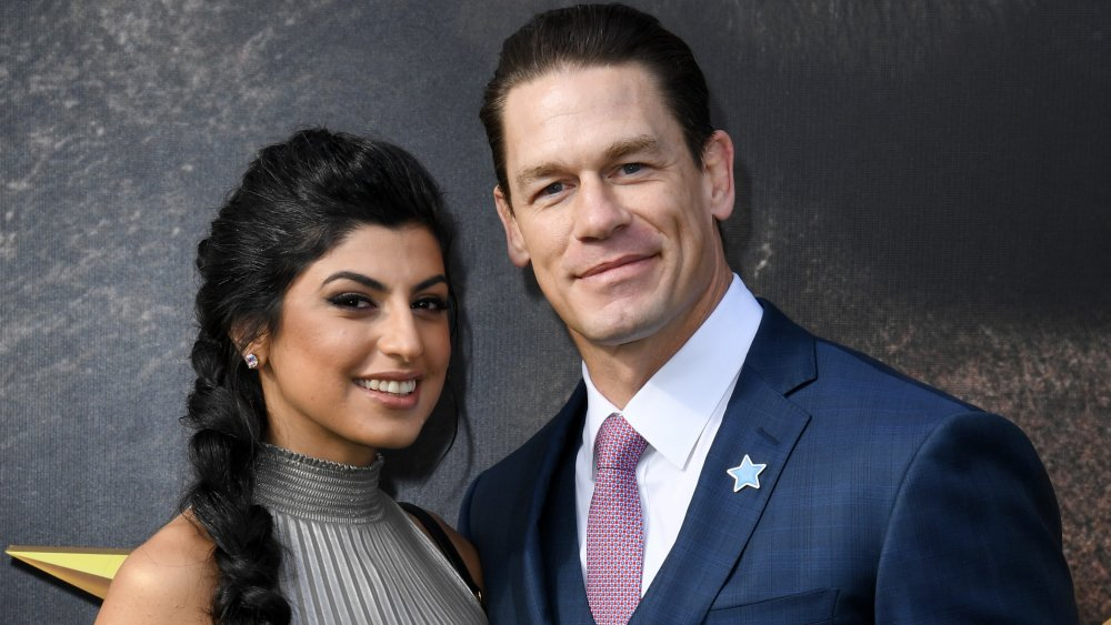 Shay Shariatzadeh und John Cena lächeln auf dem roten Teppich