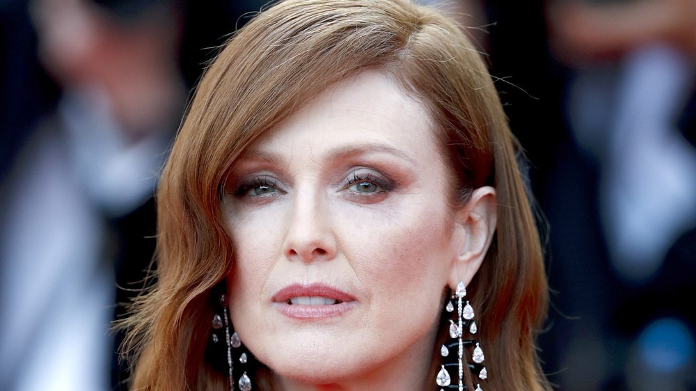 Julianne Moore starrt in die Kamera