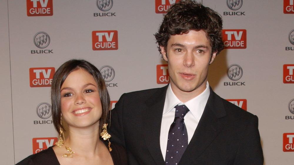 Rachel Bilson und Adam Brody lächeln bei einem Event auf dem roten Teppich