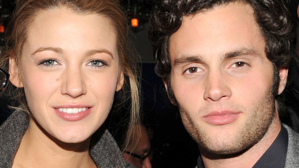Blake Lively und Penn Badgley lächeln