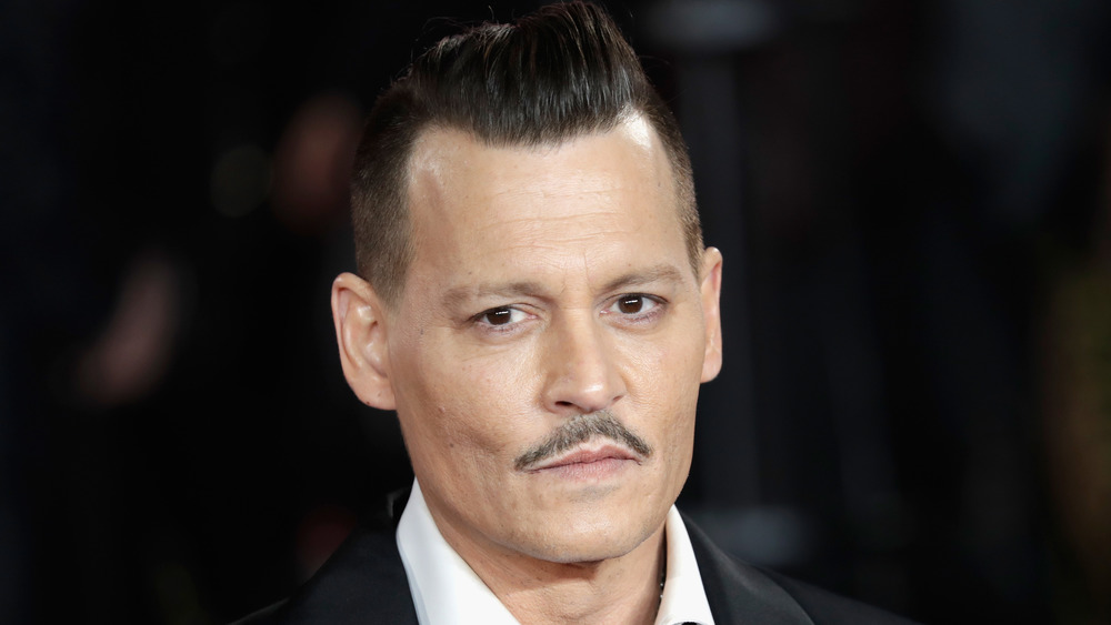 Johnny Depp schaut in die Kamera
