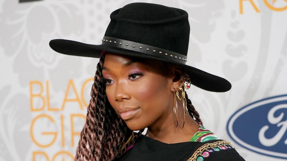 Brandy posiert in einem großen Hut