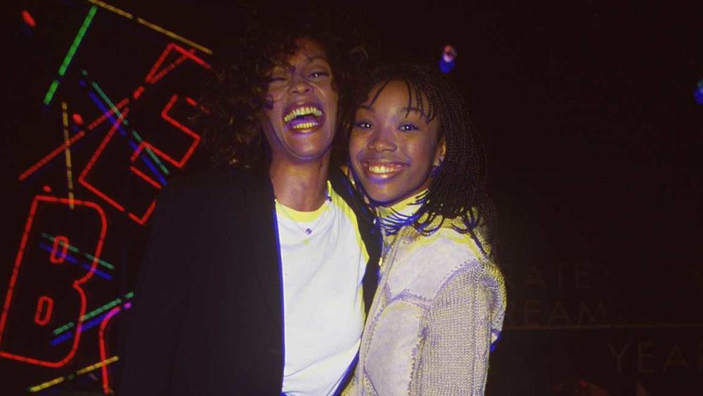 Whitney Houston und Brandy lächeln zusammen