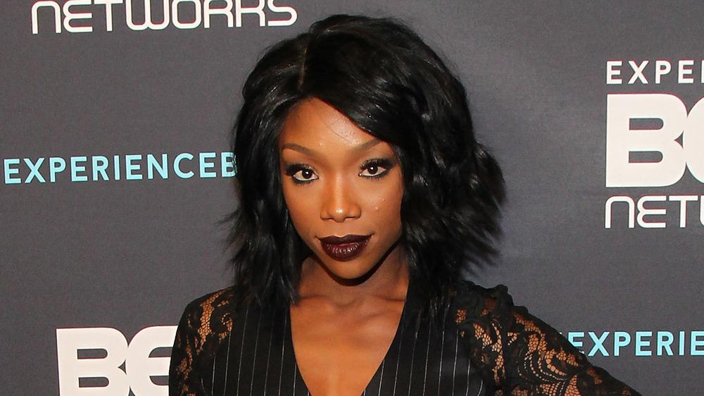 Brandy posiert ganz in Schwarz