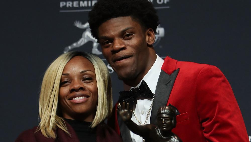 Lamar Jackson und Mutter Felicia Jones posieren zusammen