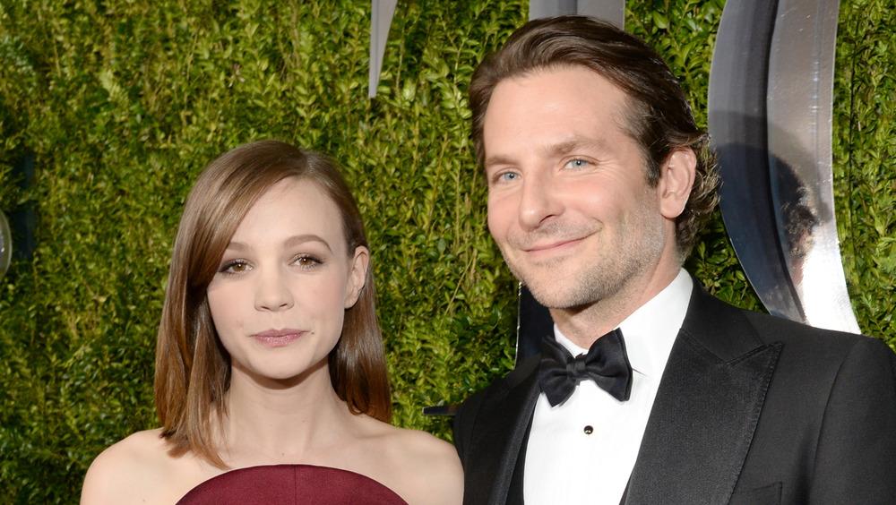 Carey Mulligan und Bradley Cooper posieren zusammen