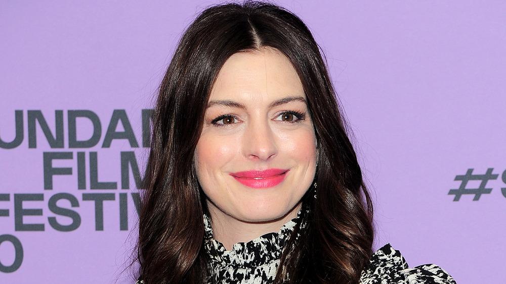 Anne Hathaway posiert auf dem roten Teppich