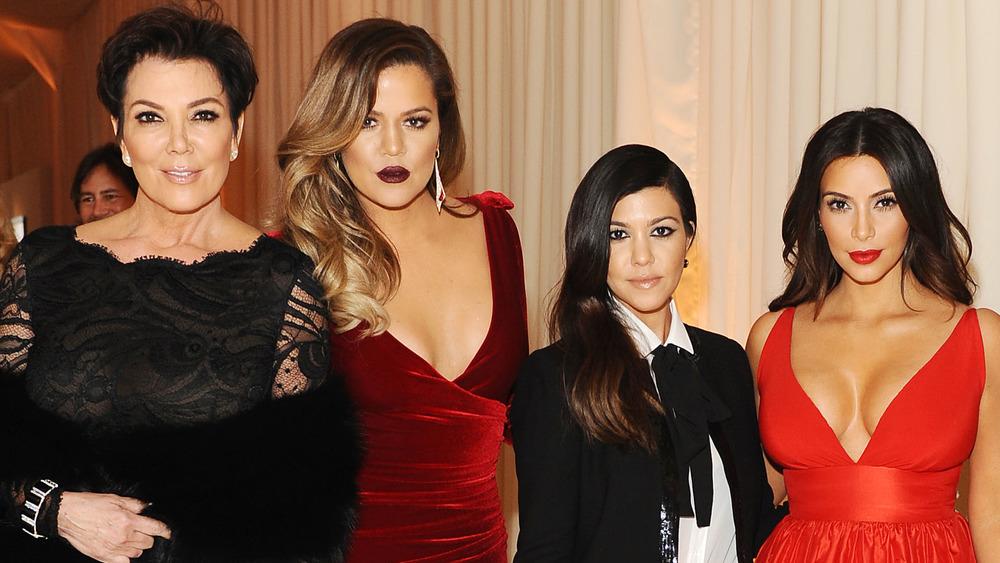 Kris Jenner, Khloe Kardashian, Kourtney Kardashian und Kim Kardashian posieren zusammen