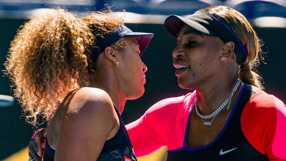 Serena Williams umarmt Naomi Osaka