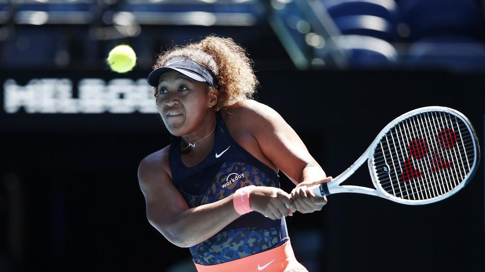 Naomi Osaka spielt Tennis