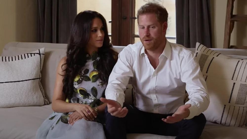Meghan Markle und Prince Harry sitzen während eines Interviews zusammen