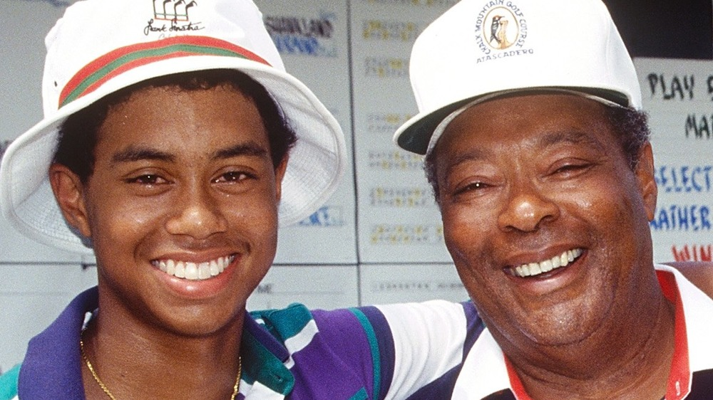 Der junge Tiger Woods mit dem Arm um seinen Vater Earl Woods