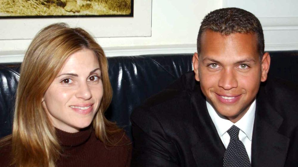 Cynthia Scurtis und Alex Rodriguez sitzen lächelnd auf einer Couch
