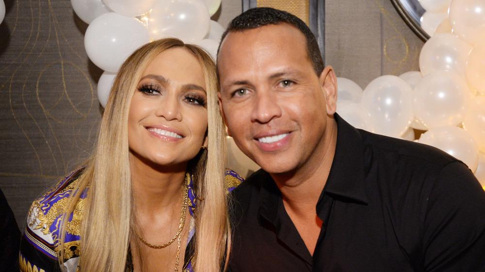 Jennifer Lopez und Alex Rodriguez lächeln zusammen