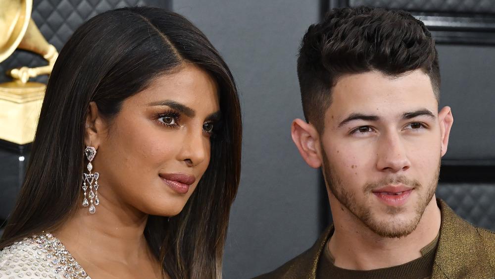 Priyanka Chopra und Nick Jonas posieren gemeinsam für Kameras in entgegengesetzte Richtungen