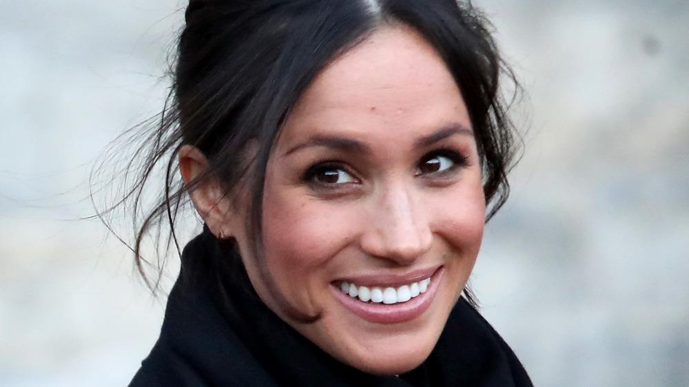 Meghan Markle lächelt für die Kameras