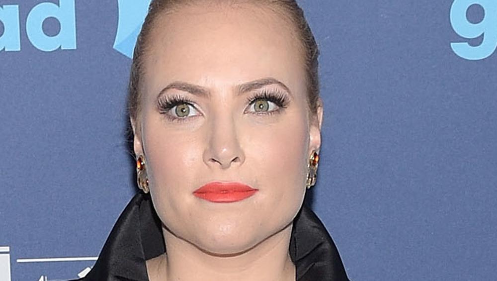 Meghan McCain trägt einen hellen Lippenstift