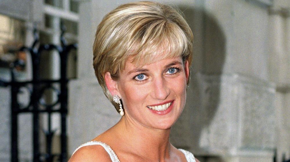 Prinzessin Diana trägt Diamantohrringe bei einer Veranstaltung