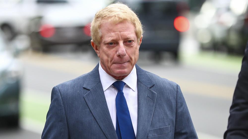 Robert Flaxman trägt einen Anzug, als er das Gerichtsgebäude verlässt