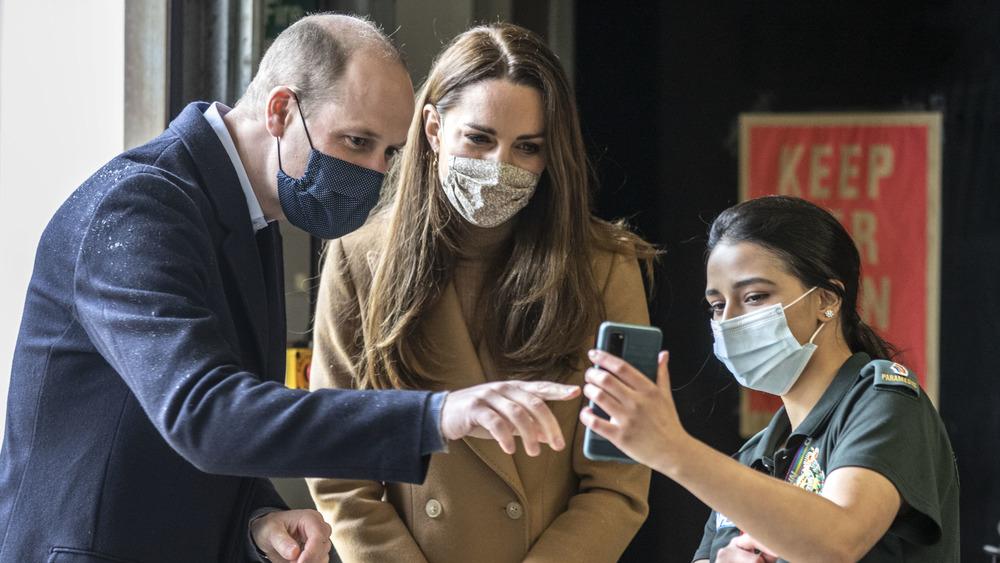 Prinz William und Kate Middleton sprechen mit einem Sanitäter