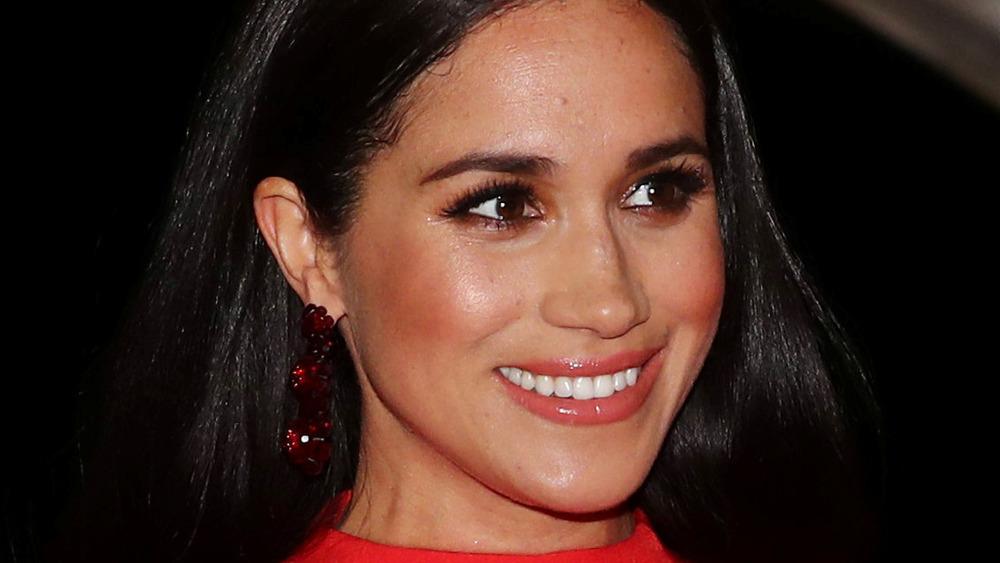 Meghan Markle lächelt bei einer Veranstaltung
