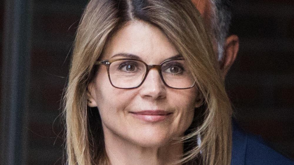 Lori Loughlin trägt eine Brille, als sie das Gerichtsgebäude verlässt