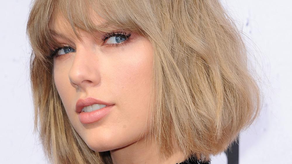 Taylor Swift starrt weg