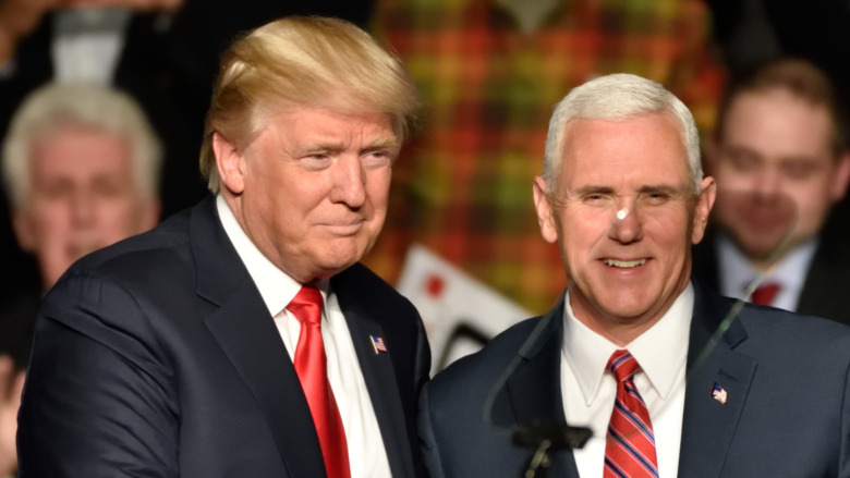 Mike Pence gibt Donald Trump die Hand