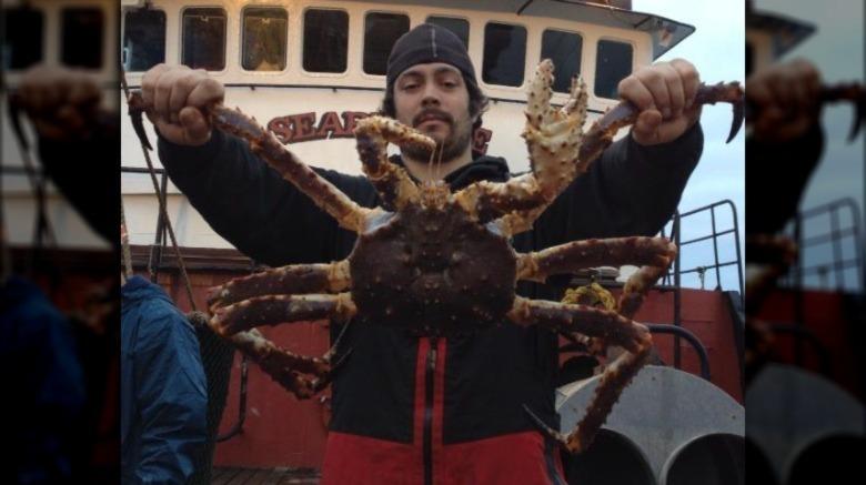 Mahlon Reyes posiert mit Krabben