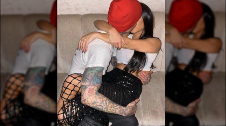 Travis Barker und Kourtney Kardashian küssen sich