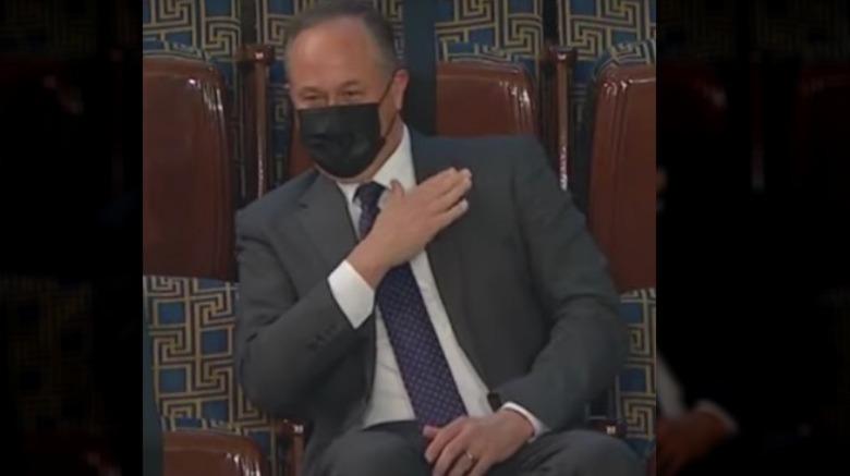Doug Emhoff trägt eine Maske und sitzt an der gemeinsamen Kongressadresse