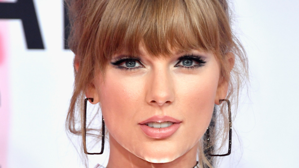 Taylor Swift lächelt