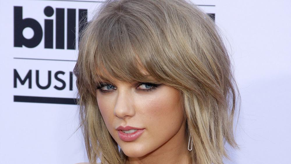 Taylor Swift auf einem roten Caroet