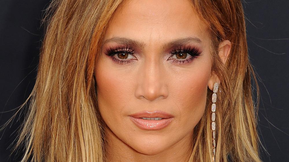 Jennifer Lopez mit ernstem Gesichtsausdruck