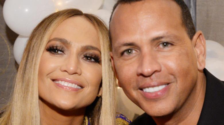Jennifer Lopez und Alex Rodriguez lächeln