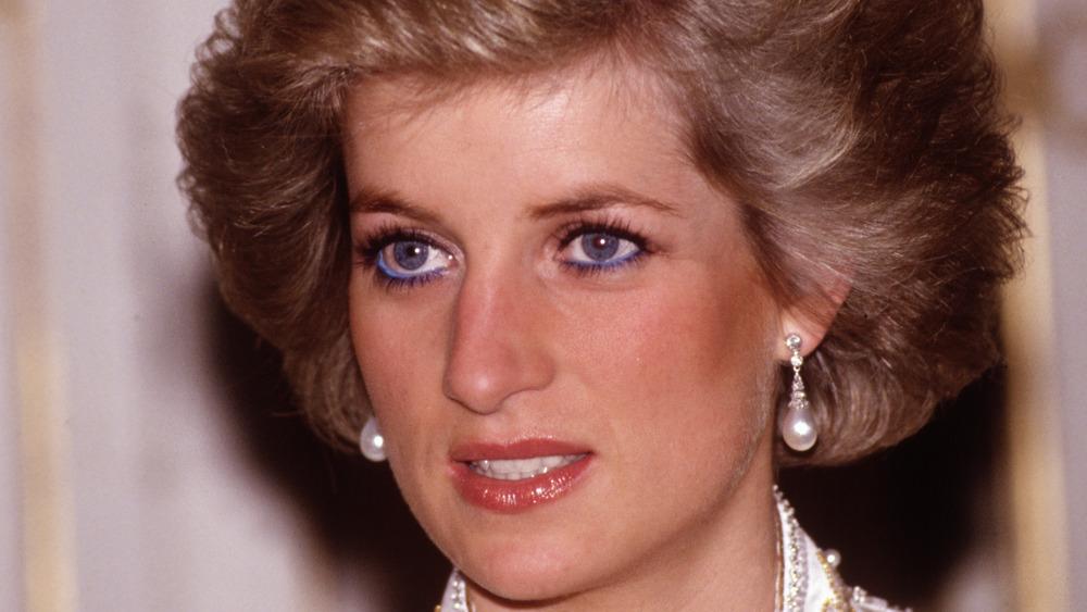 Prinzessin Diana lächelte leicht