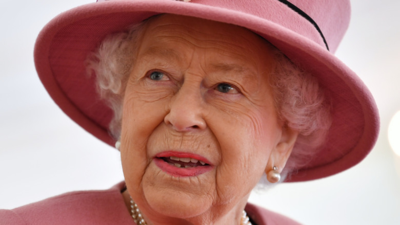 Königin Elizabeth II. Trägt einen rosa Hut