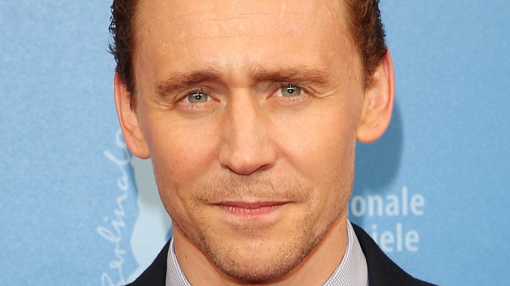 Tom Hiddleston lächelt