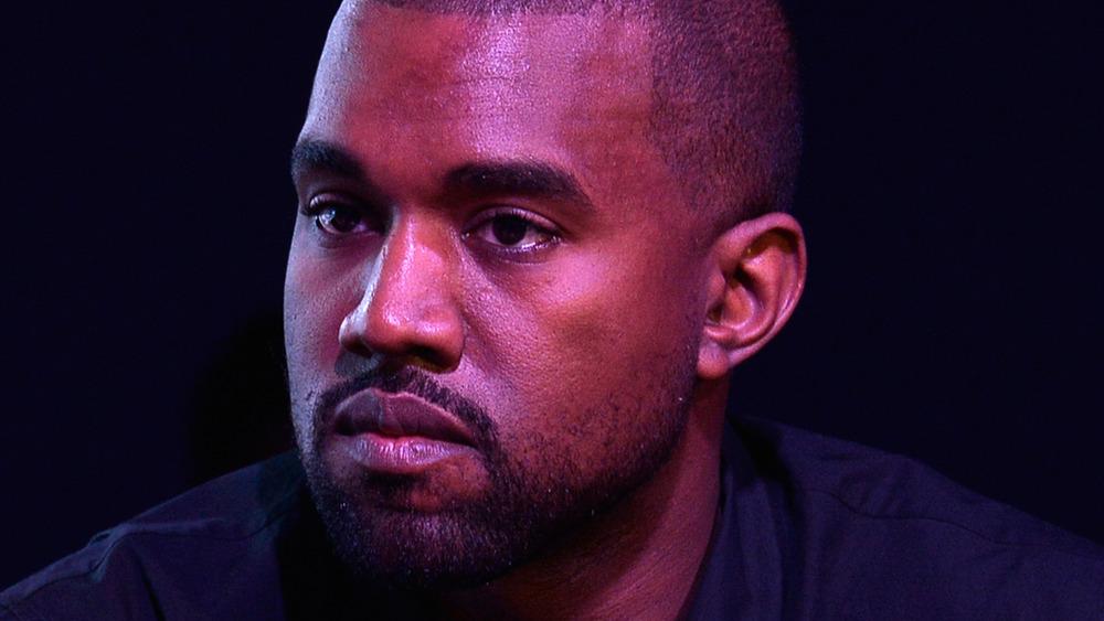 Kanye West starrt in die Ferne