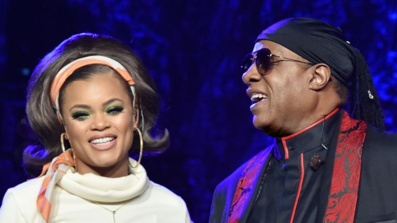 Andra Day und Stevie Wonder treten auf der Bühne auf